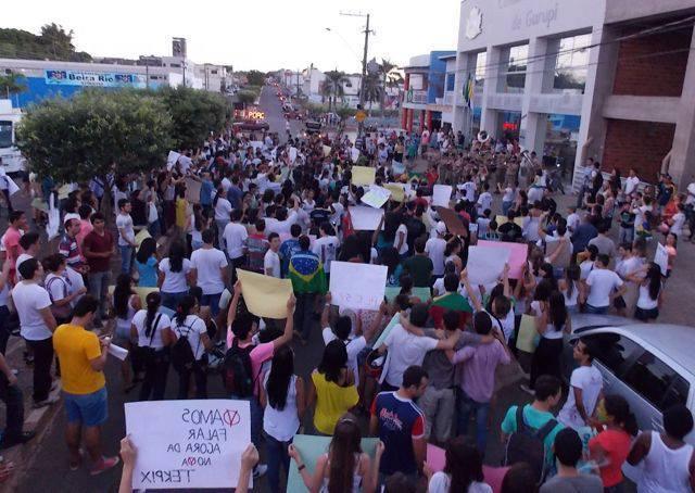 O gigante adormeceu? A comunidade deve acordar e se manifestar pela paz e por ações práticas. Foto: Manifestação em junho de 2013 em Gurupi.