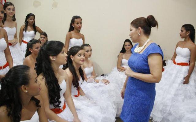 A secretária Adriana Aguiar conversa com as debutantes antes do início do esperado baile Foto: Manoel Lima / Seduc)