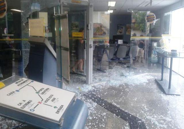 O bando disparou vários tiros dentro da Agência Bancária. (Foto: Wenderson Frutuoso - Redes sociais)