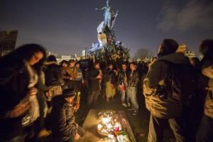 Pessoas acendem velas onde 12 pessoas morreram vítimas de um atentado (EPA/Ian Langsdon/Agência Lusa/Direitos) Reservados