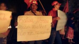 Manifestantes protestaram contra o agronegócio e contra a senadora Kátia Abreu. (Divulgação)