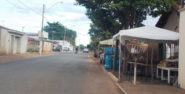 Na Rua D, via que liga diversos setores de Gurupi, é comum ver as calçadas serem interrompidas.