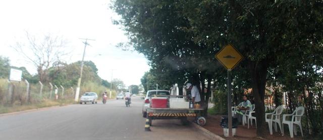 Ambulante usa acostamento e calçada para vender seus produtos.