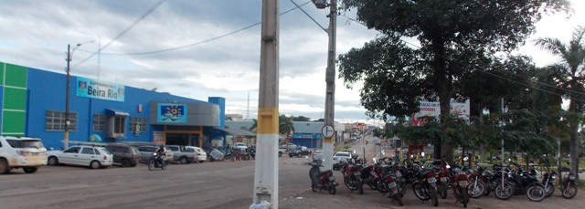 Mercado no Centro de Gurupi usa calçada como estacionamento.