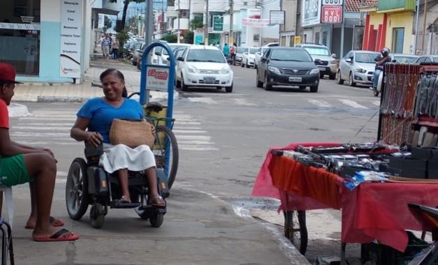 """""""O cadeirante tem que andar, praticamente, competindo com os carros porque não tem acesso suficiente para ele andar e sem contar com as bancas de piratarias que ficam nas calçadas e atrapalha"""", disse Fracinete Saraiva em uma das reportagem do Portal Atitude sobre o tema. (Foto: Wesley Silas)"""