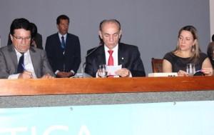 Deputada Dulce (D) na mesa do evento com o presidente da AL, deputado Damaso (E) e o relator da Reforma Política na Câmara Federal, deputado Marcelo Castro. (Foto: Gildo Barbosa)