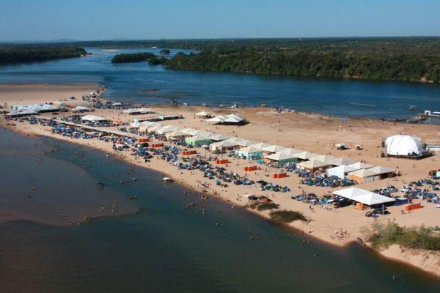 Todos os anos banhistas aproveitam sol nas águas do Rio Tocantins - Marcio Vieira