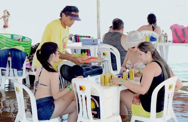 Atendimento nas barracas: peixe frito era um dos pratos mais pedidos - Marcio Vieira