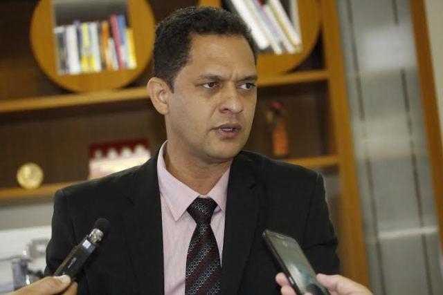Segundo o secretário da Educação, Adão Francisco, a primeira proposta para a classe educadora foi apresentada há três meses (Foto: Elias Oliveira)