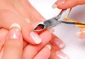 Uma das formas de transmissão do vírus é através do compartilhamento de materiais cortantes, como alicates e agulhas.