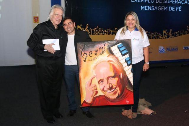 João Carlos Martins foi presenteado com uma tela produzida pelo professor do projeto Ciranda das Artes, Henrique Viegas.