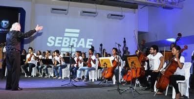 Apresentação da Orquestra Jovem de Cordas do projeto Ciranda das Artes da  UnirG, durante a palestra show do maestro João Carlos Martins na Fenepalmas 2015, em Palmas.
