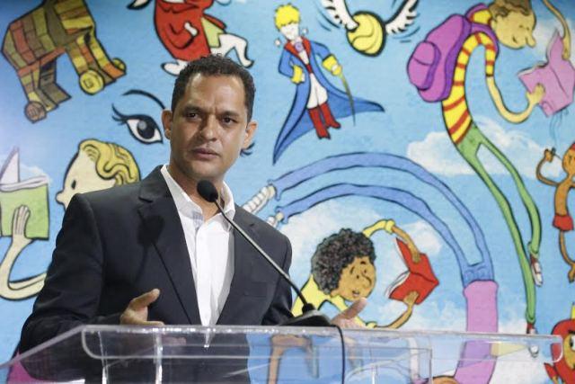 ecretário Adão Francisco pretende que público tenha acesso a leituras e discussões  (Foto: Elias Oliveira / Seduc)