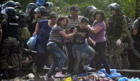 Refugiados na Grécia furam bloqueio policial no Sul da MacedôniaGeorgi Licosvski/Agência Lusa