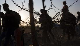 Imigração - Barreira de arame farpao no corredor dos Balcãs, entre a Turquia e a Hungria, considerada a entrada para a União EuropeiaEPA/Valdrin Xhemaj/Agência Lusa/Direitos Reservados