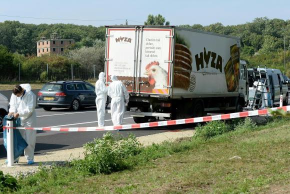 Especialistas forenses investigam caminhão encontrado em rodovia, na Áustria, com pelo menos 50 refugiados mortosRoland Schlager/APA/Agência Lusa
