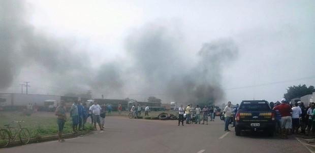 Protesto dos caminhoneiros na BR-153, em Colinas do Tocantins (Foto: Ricardo Fernandes/Divulgação)
