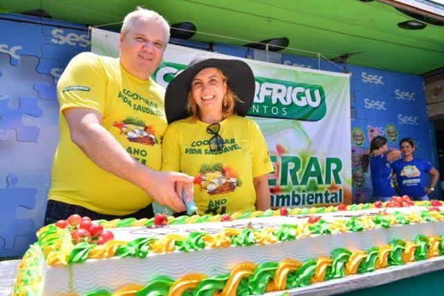 Oswaldo Stival Jr e sua esposa Andrea Stival no momento do corte do bolo. (Foto: Claudio Frascari).