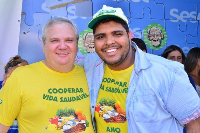 Presidente da Cooperfrigu, Oswaldo Stival Jr. ao lado do humorista Paulo Vieira (Foto: Cláudio Frascari)