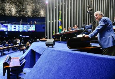 Requião defende projeto de sua autoria na tribuna: homenagem a Luiz Henrique