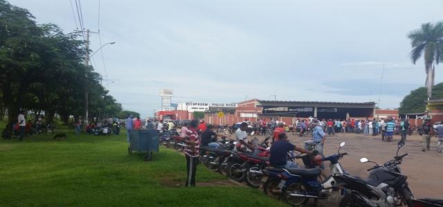 Multidão de trabalhadores aguardam vagas de trabalho. (Foto: Wesley Silas)