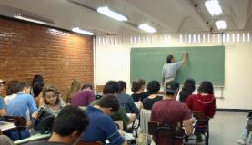 Professores de nível superior recebem o equivalente a 54,5% do que ganham outros profissionais também com curso superiorArquivo/Agência Brasil