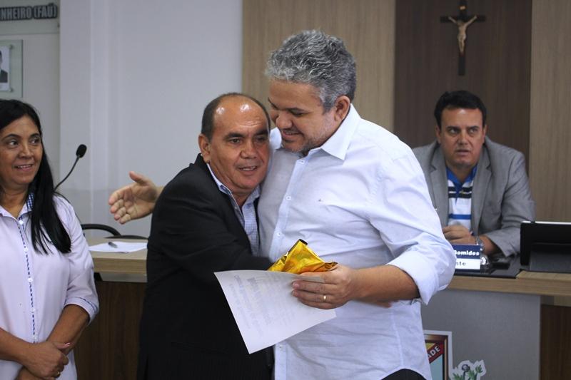 Vereador Zé Henrique entrega a Moção de Aplausos ao jornalista Wesley Silas - Foto: Heliana Oliveira.