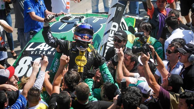 Líder do campeonato, piloto de 20 anos entra para o panteão de vencedores da Corrida do Milhão - Foto: Fernanda Freixosa/Vicar