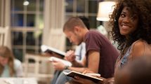 Jovens leem a Bíblia durante estudo. (Foto: American Bible Society News)