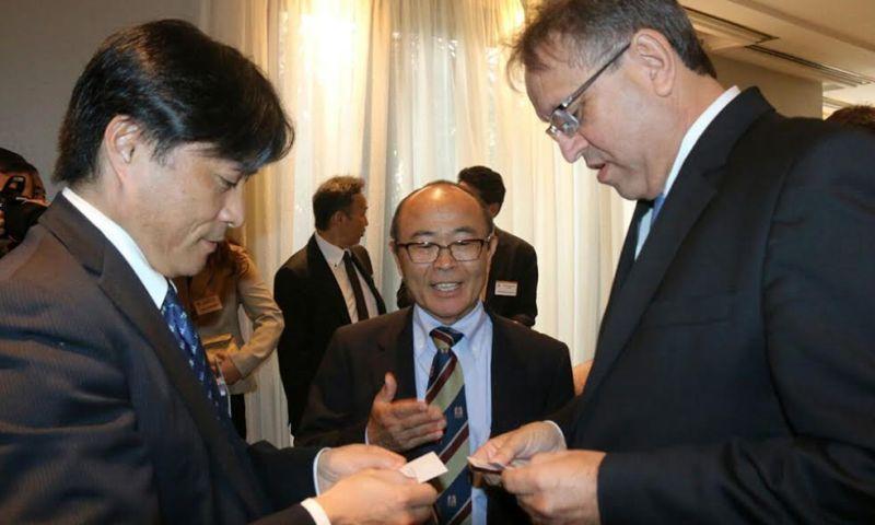Governador e Aiichiro Matsunaga, presidente da Câmara de Comércio e Indústria Japonesa do Brasil, ladeados por secretários de Estado - Pedro Barbosa