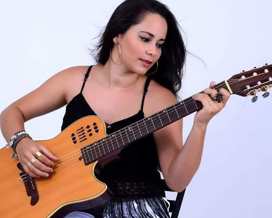 Marta-Ascoh Show Acústico   Marta Ascoh oferece aos gurupienses música pop e rock dos anos 80 e 90