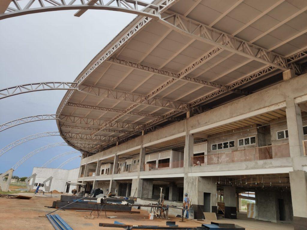 Hospital-Geral-de-Gurpui-Homens-preparando-pada-implantar-o-policarbonato-translúcido-na-entrada-do-Hospital-1024x768 Primeira etapa das obras do Hospital Geral de Gurupi poderá ser concluída em julho de 2020