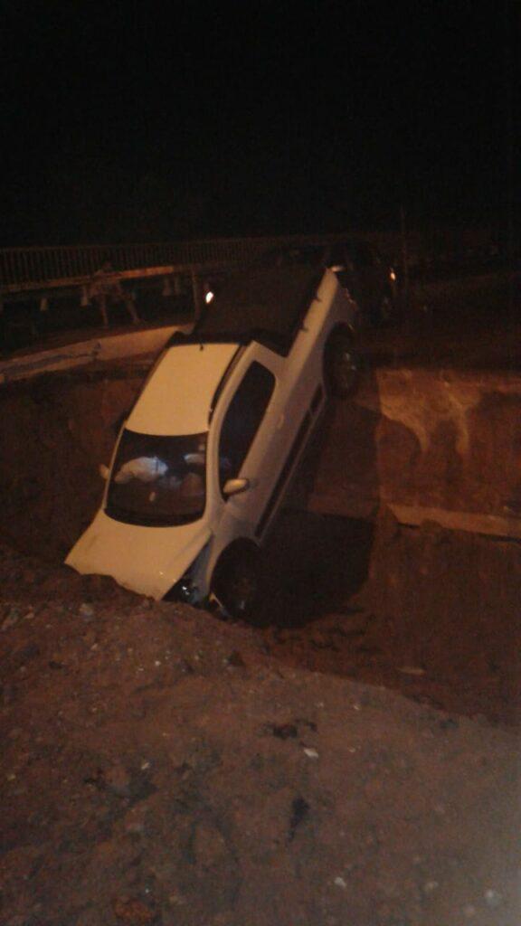 IMG-20201025-WA0144-576x1024 Carros caem em cratera de obra na Avenida Goiás