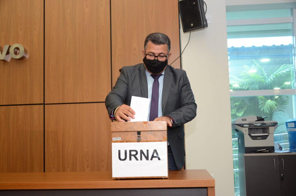 Vereador-Folha-1024x678 Base de Cinthia Ribeiro sai fortalecida na eleição das Comissões Permanentes da Câmara de Palmas