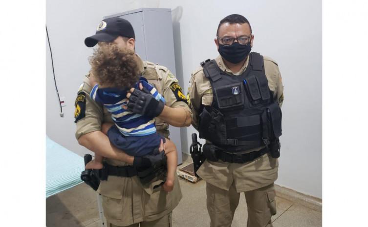 252283 Policiais militares resgatam criança abandonada dentro de matagal em chamas em Campos Lindos