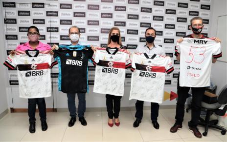 02f01d7246076ce9c8d2ffd1a0800dc2 Leilão solidário de camisas oficiais do Flamengo autografadas por jogadores vai até dia 20 em Araguaína
