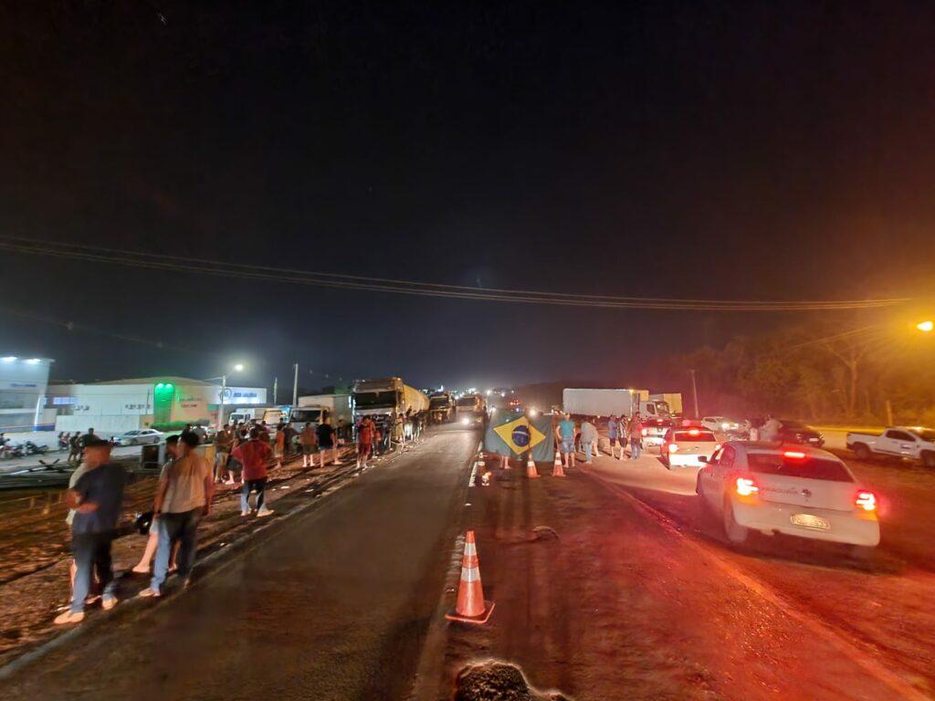 Bloqueio-BR-153-1a-1024x768 Caminhoneiros bloqueiam parcialmente BR-153 em Gurupi em apoio ao governo Bolsonaro