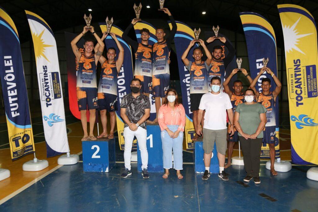 Futevolei-Foto-01-Os-vencedores-da-serie-B-foram-premiados-pelas-autoridades-1024x683 Segundo dia do Circuito Tocantinense de Futevôlei define atletas vencedores