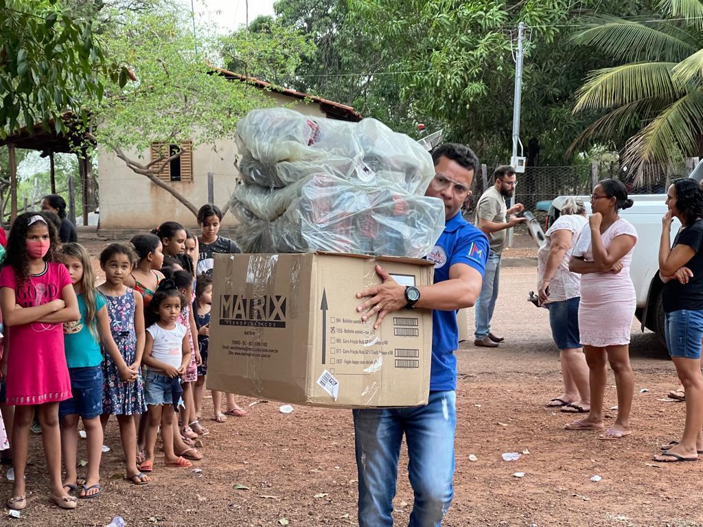 criancas-de-Miracema-Foto-03-Paulinho-Cavalcante-com-saco-de-brinquedos-a-serem-distribuidos Solidariedade chega às crianças de Miracema